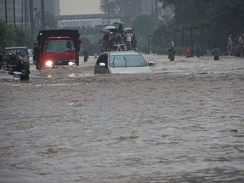 Jakarta's flooded streets - VOA