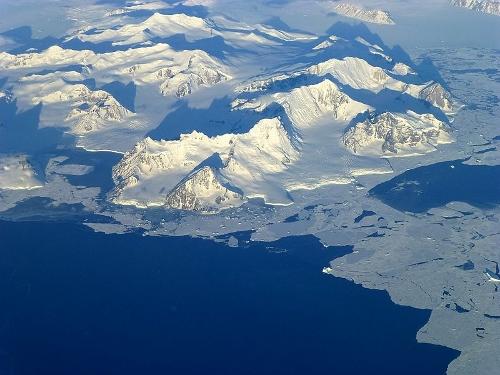 Coastal mountains - Antarctic Peninsula - Wikimedia Commons (500x375)
