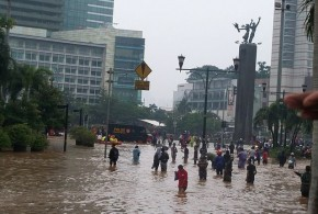 Flooded streets at Bundaran HI - VOA - Wikimedia Commons