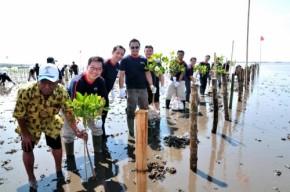 Henkel - Allan Yong bersama dengan Bapak Mukarim dan karyawan Henkel menanam bakau di lokasi konservasi Nguling. (500x332)