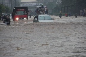 640px-VOA_A_car_tries_to_drive_through_Jakarta's_flooded_streets