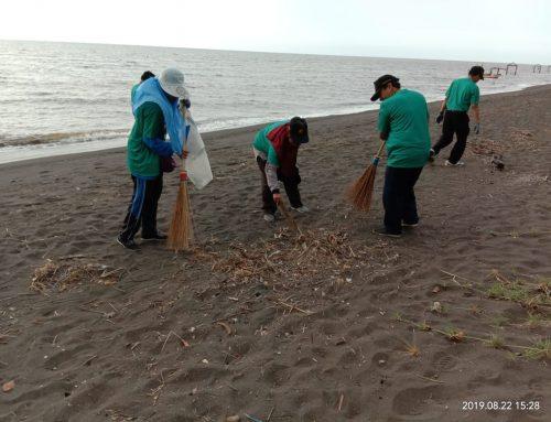 "Inisiatif ""Reresik Pantai"" di Pantai Paiton"